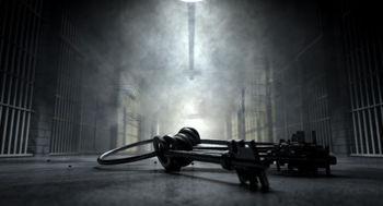 33770279-un-concetto-di-immagine-di-un-corridoio-misterioso-in-una-prigione-a-celle-di-un-carcere-notte-mostr