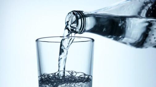 298092103-acqua-minerale-frizzante-bicchiere-da-acqua-bottiglia-dell'acqua-anidride-carbonica.jpg