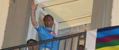 De-Magistris-saluta-i-suoi-sostenitori-al-ballottaggio-2016-con-la-maglia-del-Napoli